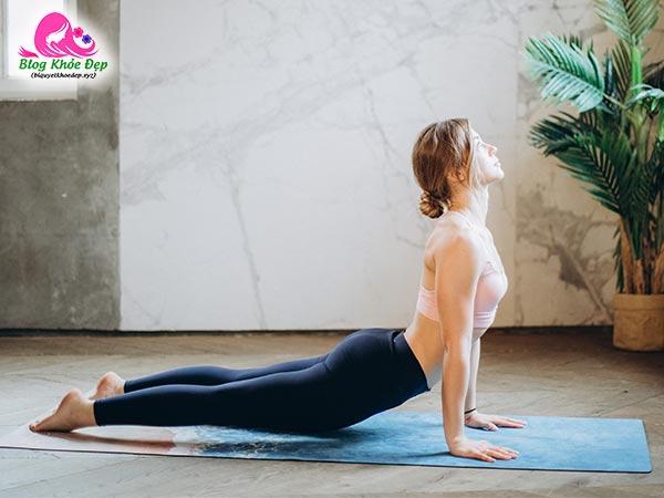 Bài tập Yoga làm se khít vùng kín tư thế rắn hổ mang